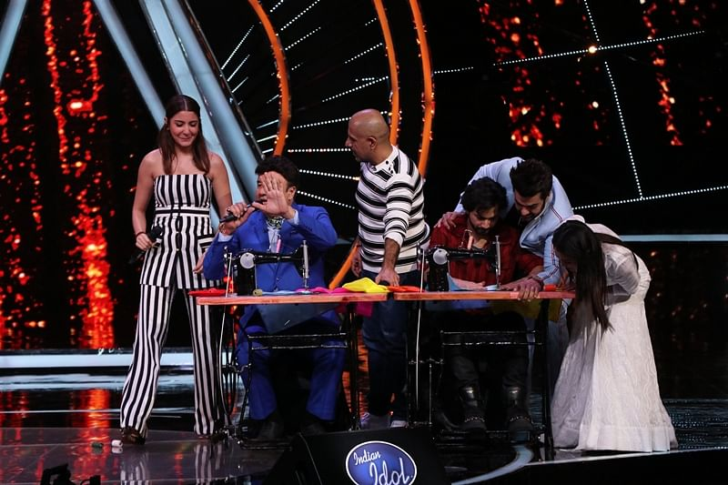 In Pictures: 'Sui Dhaaga' actor Varun Dhawan showcases his tailoring skills on the sets of Indian Idol 10