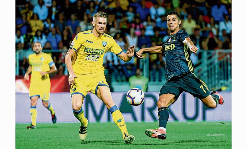 Juventus' Portuguese forward Cristiano Ronaldo (R) vies with Frosinone Polish defender Bartosz Salamon (L) during the Italian Serie A football match between Frosinone and Juventus Turin on September 23, 2018 at the Benito-Stirpe Stadium in Frosinone. (Photo by Filippo MONTEFORTE / AFP)