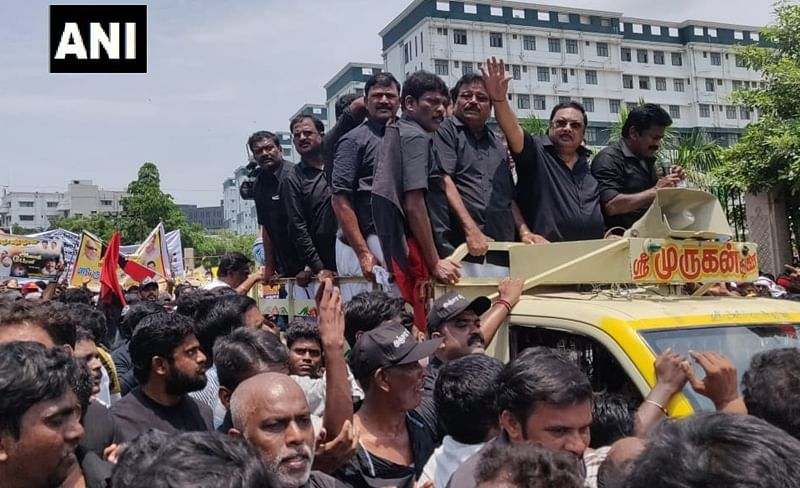 MK Alagiri rally: Dressed in black, expelled DMK leader leads rally to Karunanidhi's mausoleum