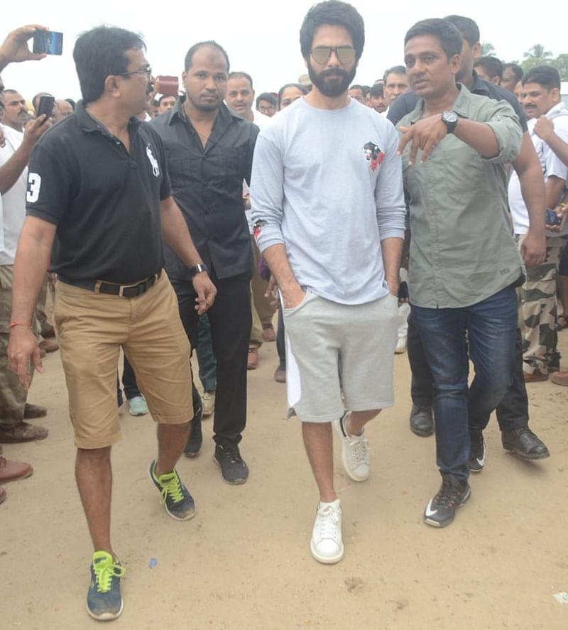 Shahid Kapoor at Juhu Beach. Photo by Viral Bhayani