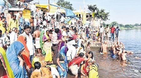 Ujjain: Devotees perform tarpan on Sarvpitru Amavasya
