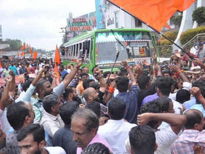 Hundreds of Ayyappa devotees block roads in Kerala protesting Supreme Court verdict