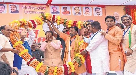 Bhopal: CM, Vyapam-tainted Laxmikant Sharma share dais after five years
