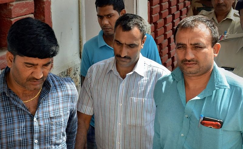 Gurugram: Police take Mahipal (Centre), who was accused of shooting the judge's wife and son, to a court, in Gurugram, Sunday, Oct 14, 2018. (PTI Photo)   (PTI10_14_2018_000104B)