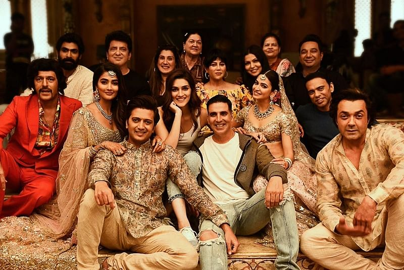 It's a wrap! Akshay Kumar and 'Housefull 4' team pose for happy picture