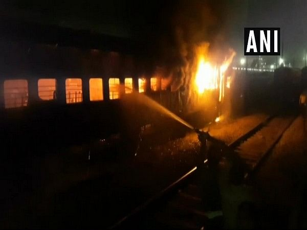 Uttar Pradesh: Fire breaks out in passenger train coach at Jhansi railway station