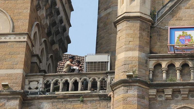 Mumbai: Hawker climbs BMC gallery, threatens to jump