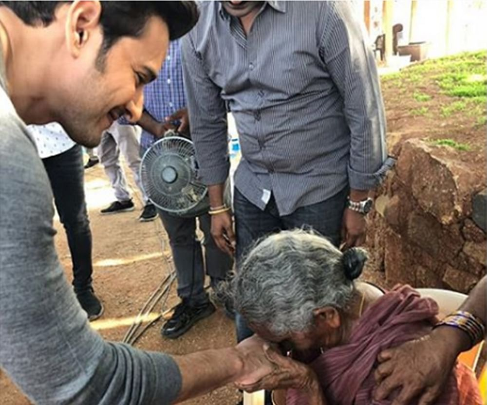Mahesh Babu meets his 106-year old Jabra fan who travelled all the way to Hyderabad to meet him