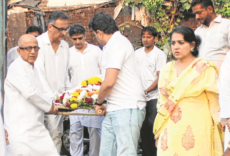 Mumbai : Nana chudasma funeral  at walkeshwar crematorium. Photo by BL SONI