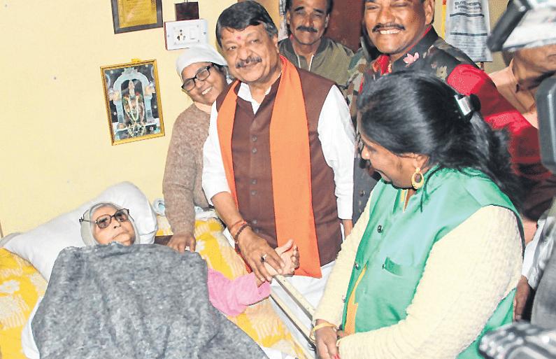 Indore: CM grants Rs 1 lakh to Traffic Warden, Nirmala Pathak