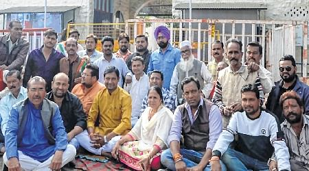 Bhopal: Congressmen keep round the clock vigil at strong room