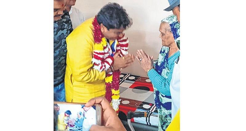 Tere paas… Sanjay Shukla touches feet of Sundarshan Gupta's mom, seeks blessings