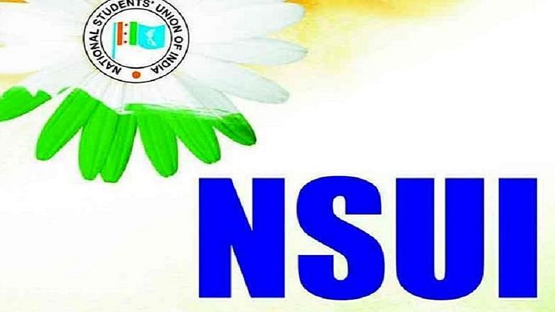 Karnataka NSUI members polish shoes, sell fruits in protest