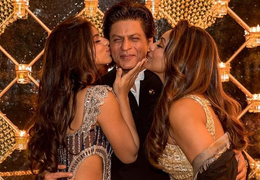 Gauri, Suhana shower some love on Shah Rukh Khan in this adorable picture!
