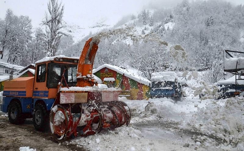Fresh snowfall, landslides shut Jammu-Srinagar national highway