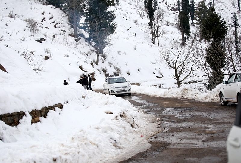 Avalanche hits Jawahar tunnel, Jammu-Srinagar highway closed