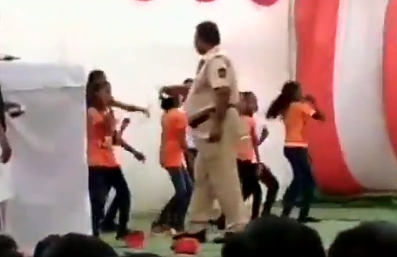 Shocking: Police constable showers notes on schoolgirls at Republic Day function in Nagpur; video goes viral