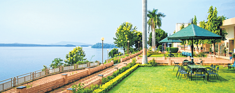 Bhopal: Despite cold weather, tourists flood resorts