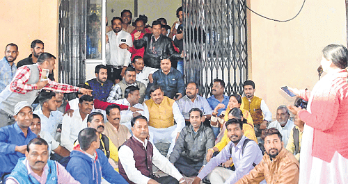 Ujjain: MLA Yadav stages sit-in before MPRDC office on water issue