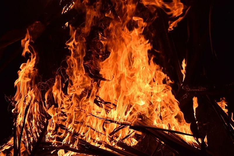 25 godowns catch fire in Thane village