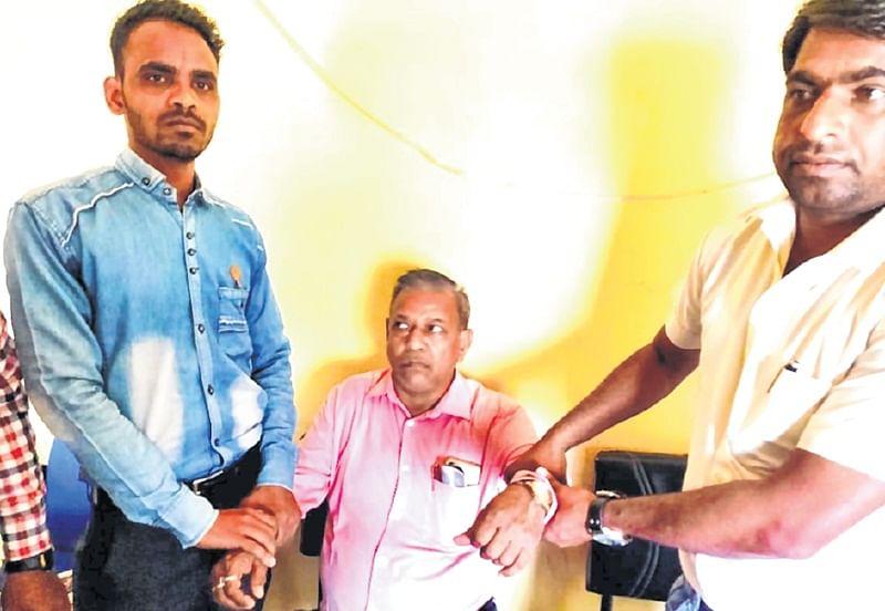 Ujjain: Unhel mandi inspector caught red handed