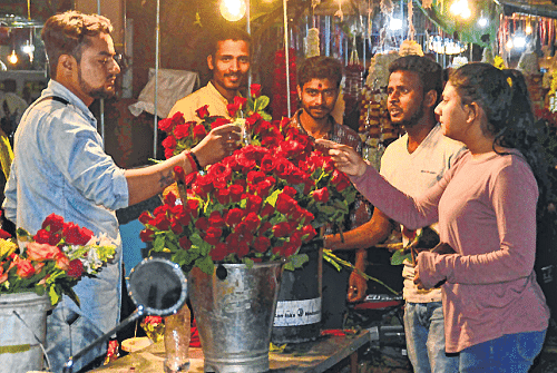Ujjain: Sale of flowers, gifts dips as caution reigns supreme on Valentine's Day