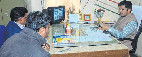 Ujjain: Collector marks late comers absent at district hospital