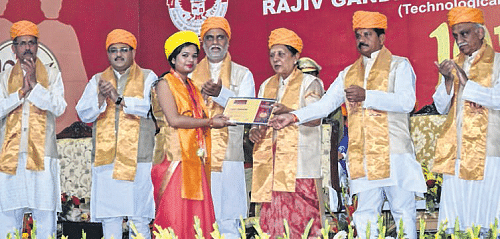 Bhopal: RGPV convocation sees branding of party leaders