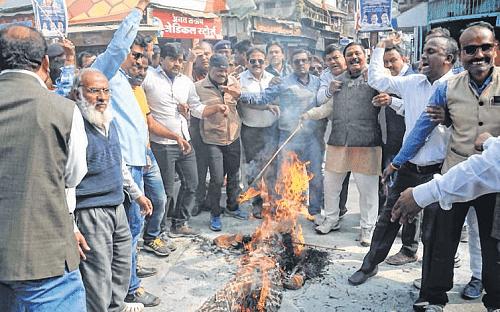 Ujjain: Congress protests firing on Gandhi portrait