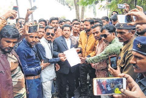 Ujjain: Karni Sena demands 10% quota, submits memorandum