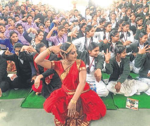 Ujjain: Kuchipudi exponent Lakshmi shares info on dance form with students