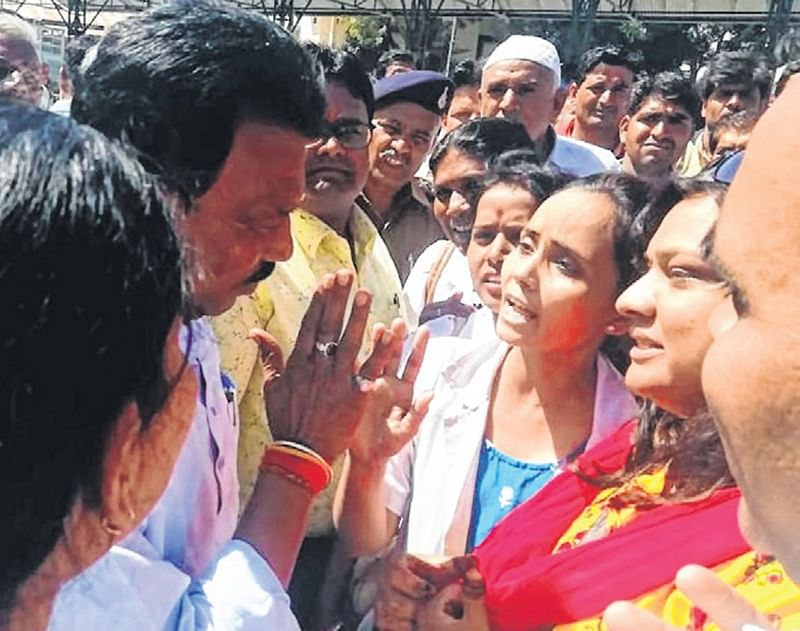 Indore: Contractual health employees gherao health minister
