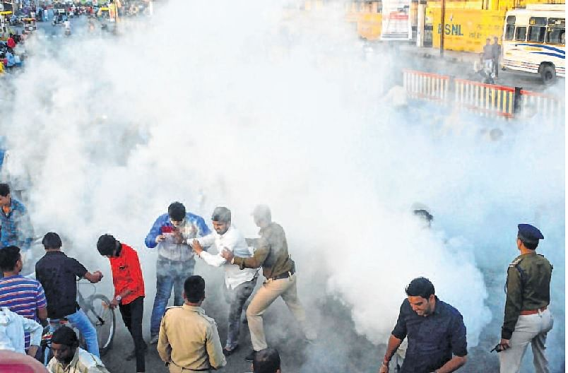 Ujjain: Akhil Bhartiya Vidyarthi Parishad,  National Students Union of India activists come to blows over burning of Patwari's effigies