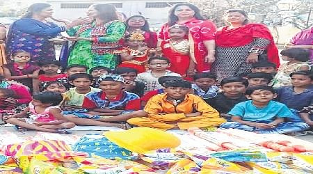 Indore: Workshop on how to make colours from flowers