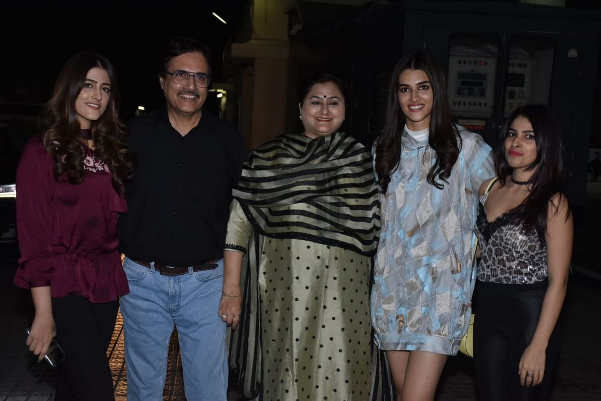 Kriti Sanon along with her family,Pic courtesy: Viral Bhayani