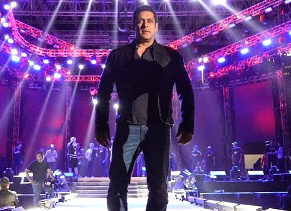 First Pic Out: Salman Khan sets stage on fire on Dabangg Reloaded tour