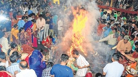 Indore: City indulges in Holi mirth
