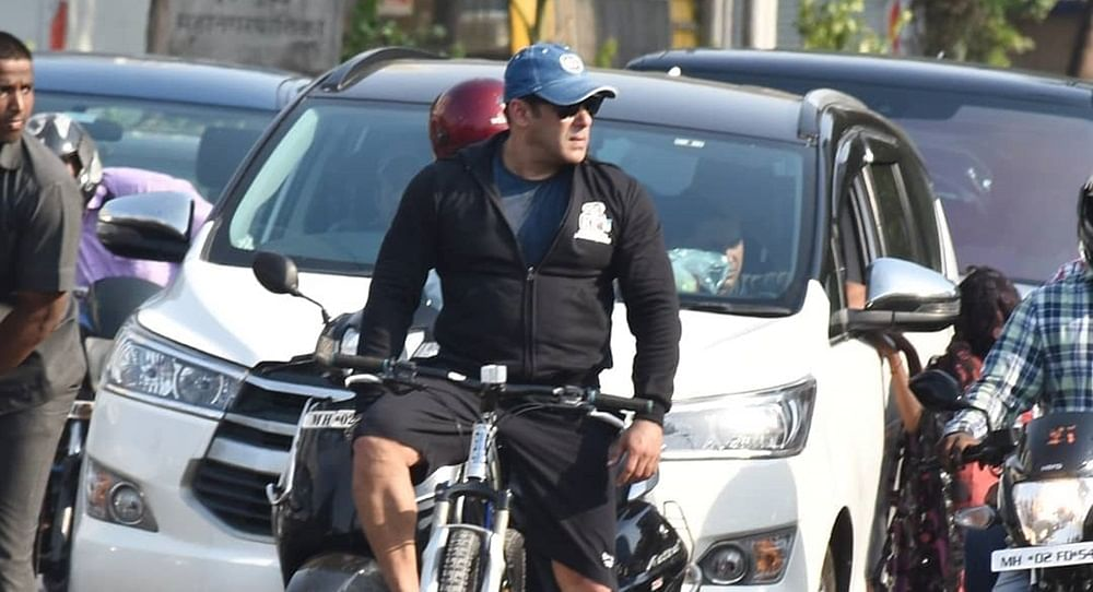Complaint filed against Salman Khan for allegedly snatching fan's mobile phone