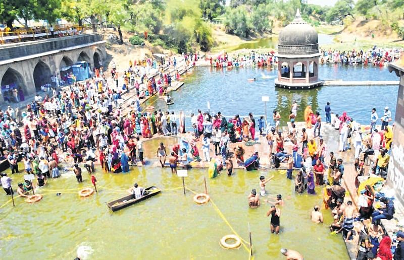 Ujjain: Devotees reach KD Palace, take dip