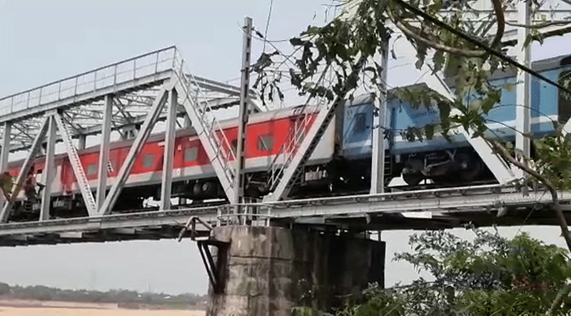 Odisha: 2 coaches of Rajdhani Express detach on Kathjodi river bridge, no one injured