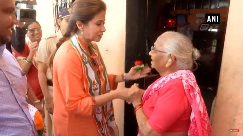 Urmila visits flood-affected Kolhapur, donates Rs 2 lakh