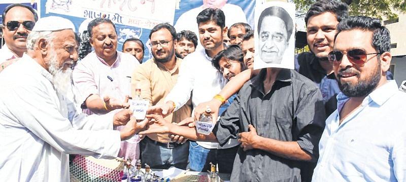 Indore: Bharatiya Janata Yuva Morcha activists protest power cut in Siyaganj