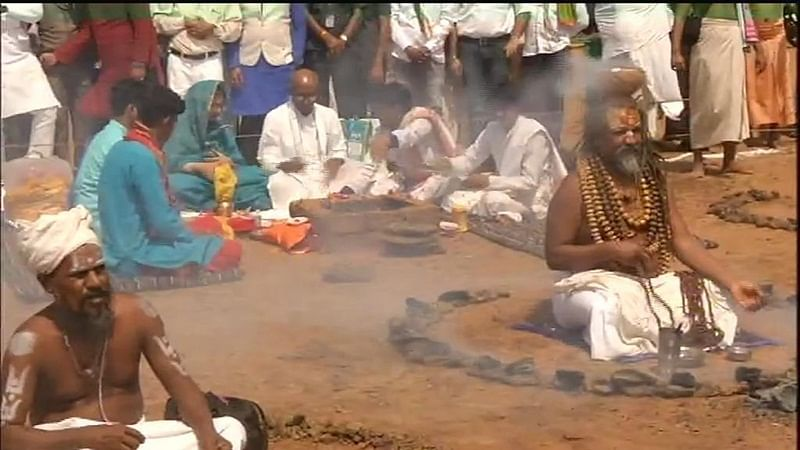 Bhopal: Congress leader Digvijaya Singh performs 'pooja' in presence of Computer Baba