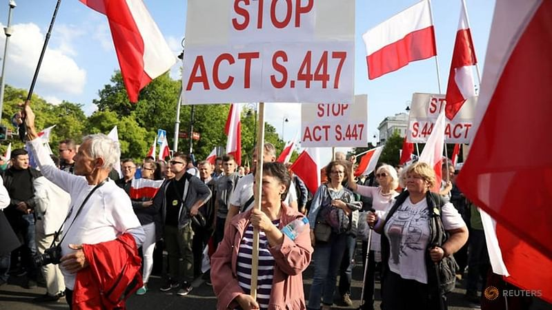 Poland: Nationalists march against US law