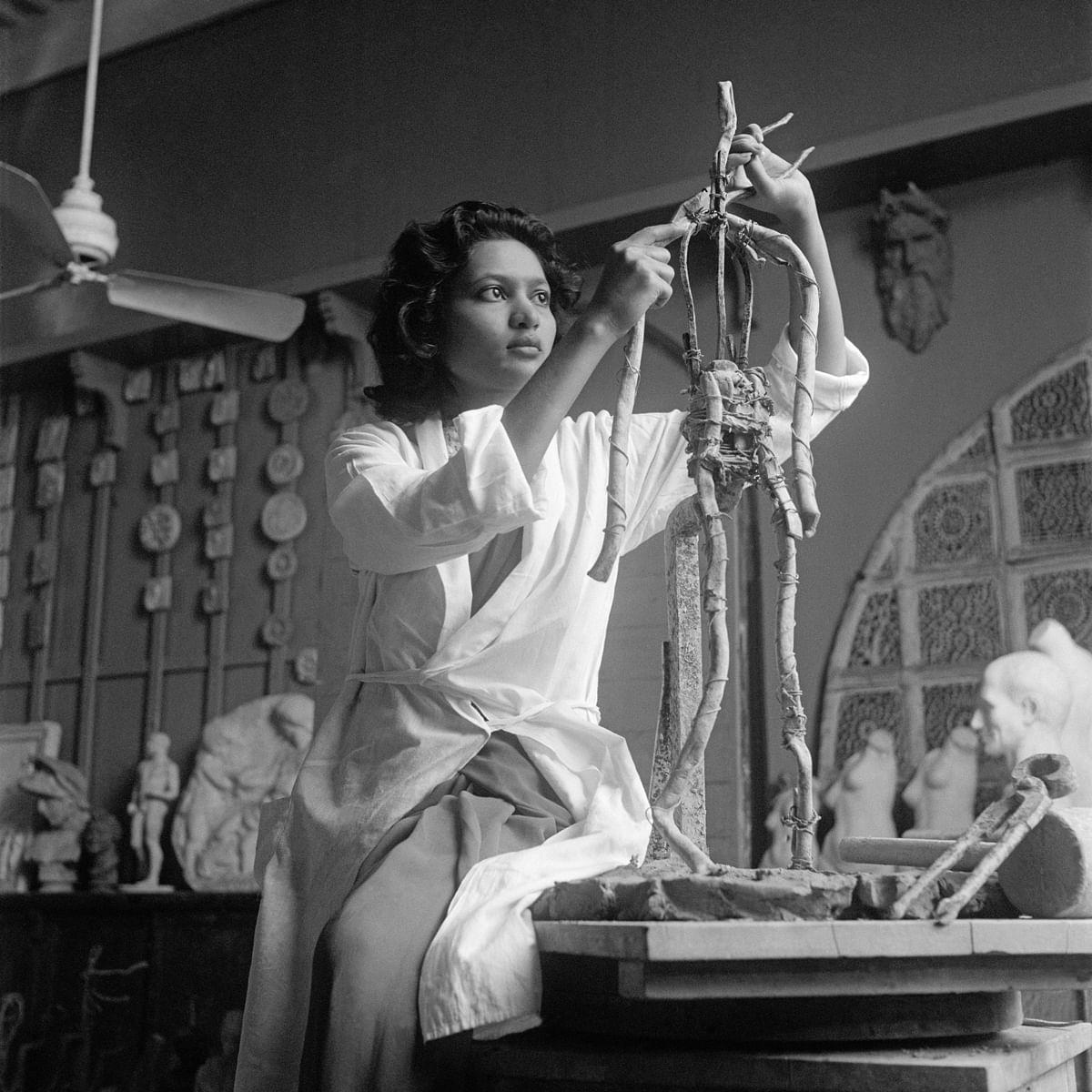 """<div class=""""paragraphs""""><p><strong>Rehana Mogul at the Sir JJ School of the Arts, Bombay, Early 1940s, Homai Vyarawalla</strong></p></div>"""
