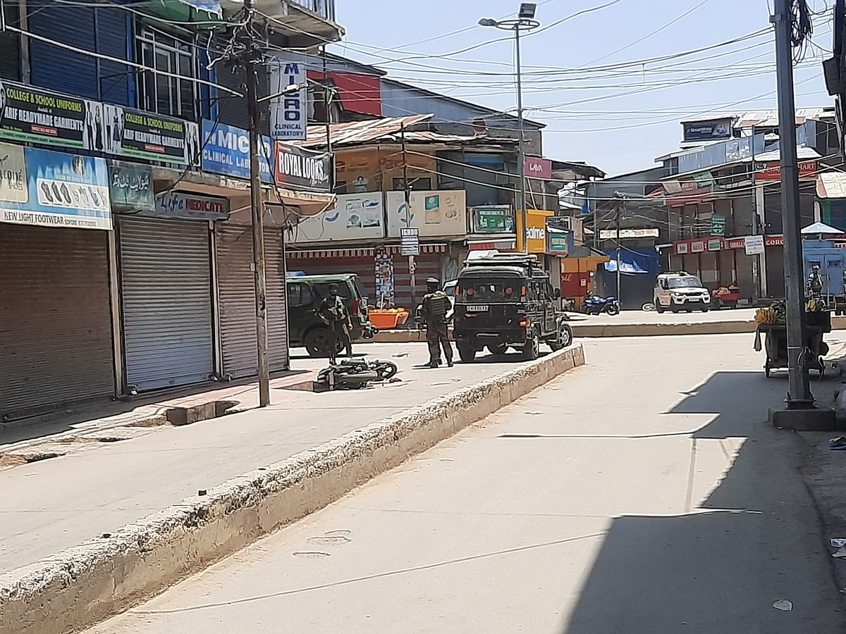 Militants attack police party in north Kashmir's Sopore, injuries reported