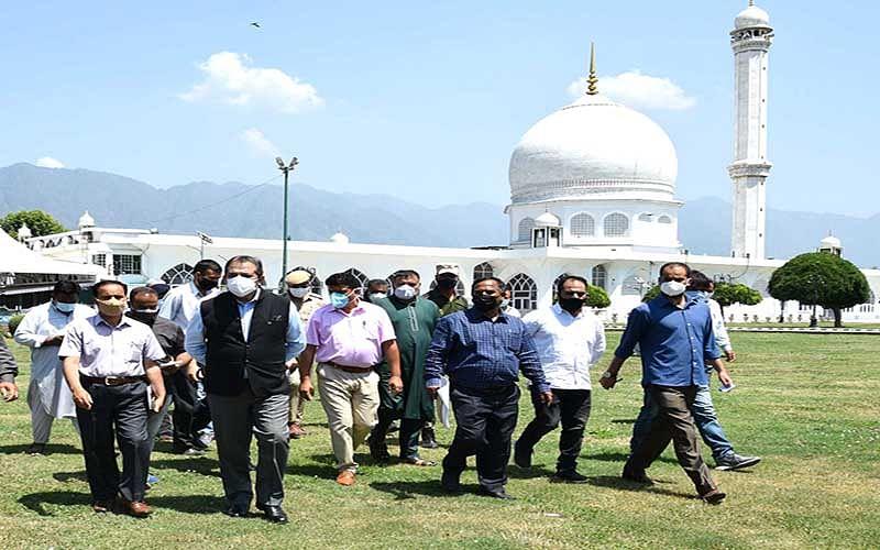 Advisor Baseer Khan visits shrines in Srinagar