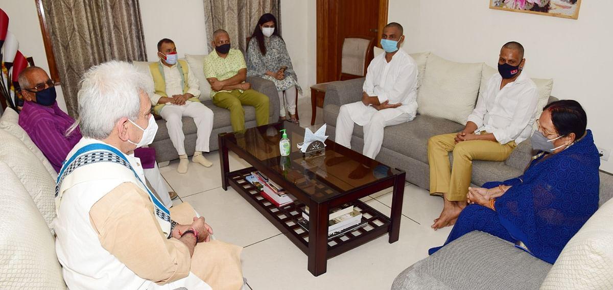 LG visits ADGP Jammu, condoles his father's demise