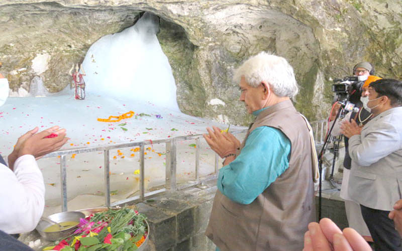 LG Sinha pays obeisance at Amarnath cave shrine
