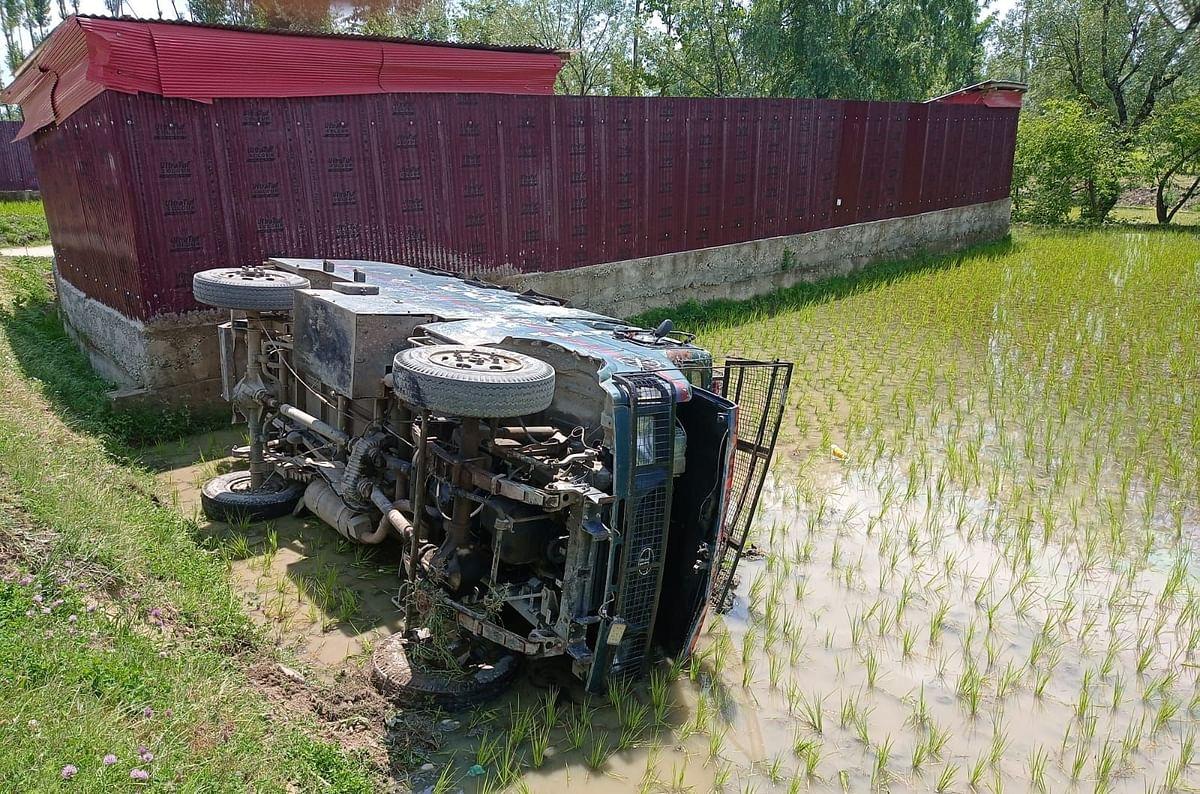 Five cops injured as vehicle turns turtle in north Kashmir's Kunzer